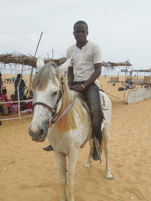 a cheval à la plage fidjrossè