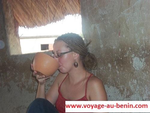 boire du tchoukoutou au Bénin, exemple des Européens
