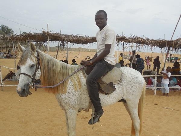Visiter à Cotonou la plage de Fidjrossè et faites du cheval au Bénin